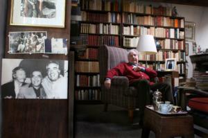 Fotografía de Marcelo Salinas. El poeta en su castillo, la biblioteca