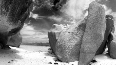 3d-abstract_hdwallpaper_dreamlike-black-white-beach-hokaido-japan_64087